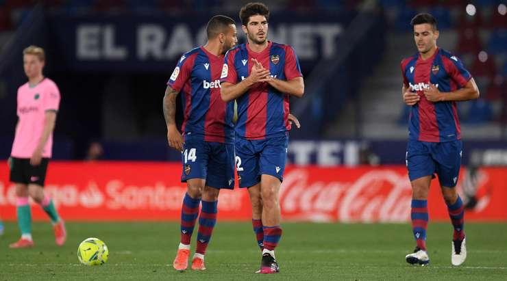 Hedef! Jorge Miramon topu ceza sahasının derinlerine doğru savurdu ve Gonzalo Melero'yu (Levante) işaretsiz buldu ve yakın mesafeden yaptığı kafa vuruşuyla kaleciyi geçerek sol alt köşeye geldi. 1: 2.