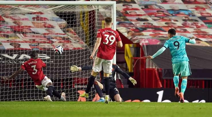 Hedef!  Roberto Firmino (Liverpool), ceza sahası içindeki ribauntu almak için doğru zamanda doğru yerdeydi ve neşeyle topu ağın ortasına attı.  1: 3.