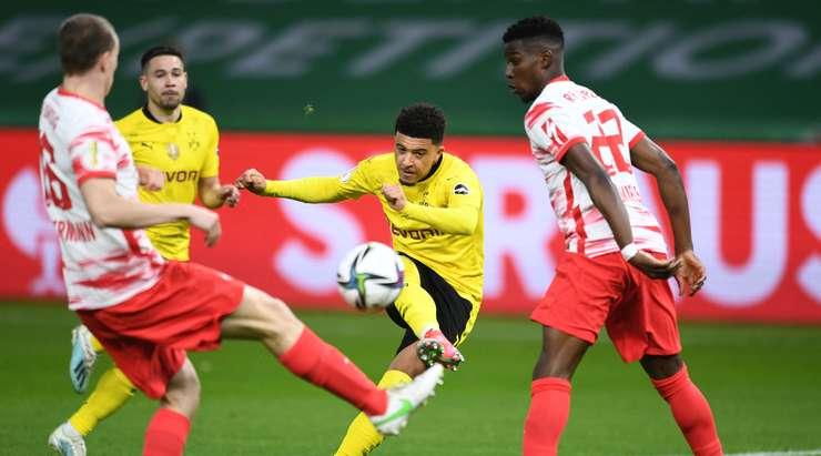 Jadon Sancho (Dortmund) gol atıyor!  Bir pası kilitler ve kutunun kenarından mükemmel bir vuruş yapar.  Top, sağ direğe giriyor ve kaleciyi geçiyor.