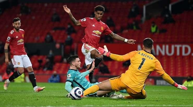 Edinson Cavani ceza sahasına topu pas verdi.  Marcus Rashford (Manchester United) bunu toplar ve hızlı bir şekilde posta yoluyla sağ alt köşeye gönderir!  Kaleci çaresizdi.  2: 3!