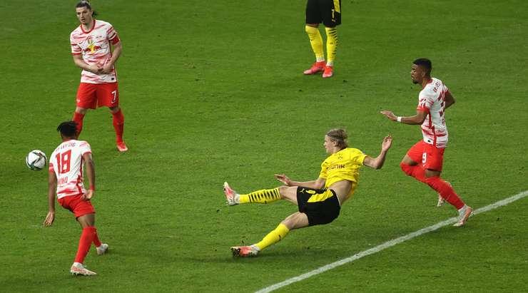 Erling Haaland (Dortmund) bir pas toplar ve filenin arkasına giren bir atış yapmak için biraz alan bulur.  Kaleci, top kalenin ortasına uçmasına rağmen kurtaramaz.