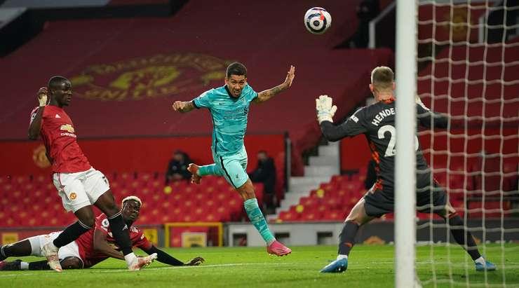 Mükemmel alınan serbest vuruş!  Trent Alexander-Arnold bir haç gönderiyor ve Roberto Firmino (Liverpool) 6 yarda kutunun kenarında onunla bağlantı kurmak için yükseğe sıçrıyor.  Yakın menzilli başlığı sol üst köşeye gider ve skor 1: 2 olarak değişir.