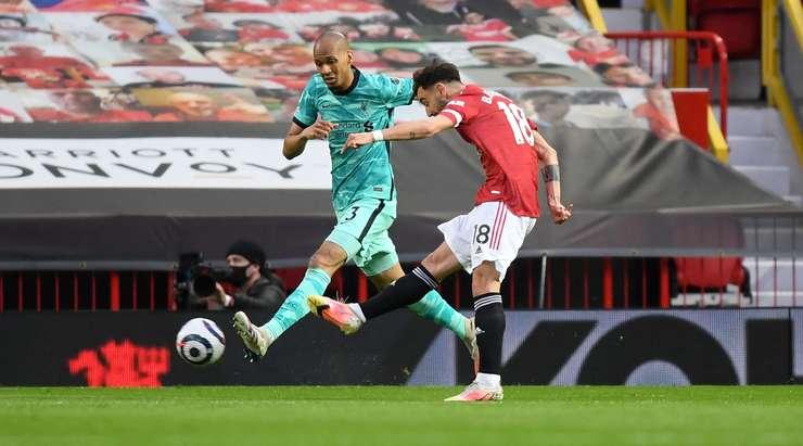Hedef!  Aaron Wan-Bissaka, kutunun içinden sapan şutu çaresiz Alisson'un yanından geçen Bruno Fernandes (Manchester United) ile oynuyor.  1: 0.