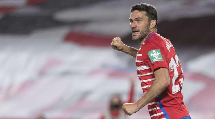 Hedef!  Jorge Molina (Granada CF) ceza sahasının içindeki ribauntu almak için doğru zamanda doğru yerdeydi ve neşeyle topu ağın ortasına attı.  1: 2.