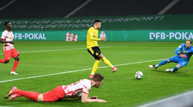 Jadon Sancho (Dortmund), topu kalecinin yanından geçirmeden önce ceza sahası içinde keyifli bir pas aldı.  Ne harika bir sonuç!
