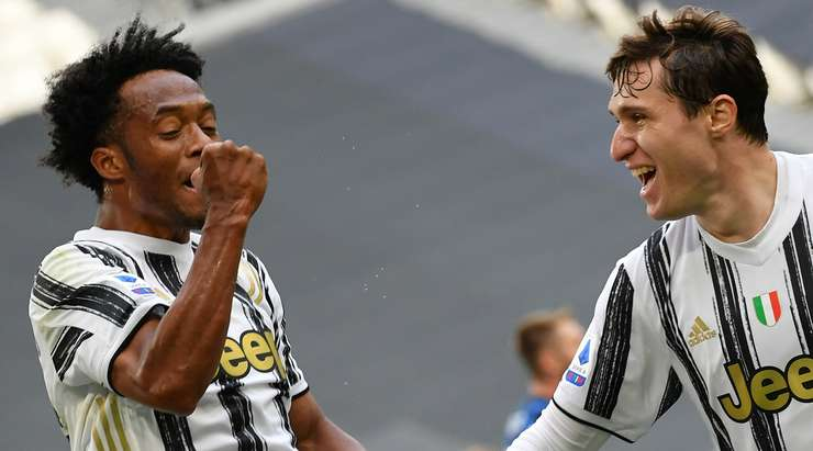 Juan Cuadrado (Juventus) kutunun kenarındaki topa ulaşır ve hiç tereddüt etmeden ilk atışında ateş eder.  Grev mükemmel ve direk altından gidiyor.  Daha iyisini yapamazdı.  2: 1.