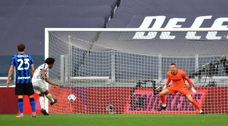 Hedef!  Juan Cuadrado (Juventus) iradeler savaşını kazanır ve durdurulamaz bir ceza, Samir Handanovic'i geçerek sol alt köşeye gönderir.