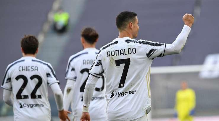 Hedef!  Cristiano Ronaldo (Juventus), top ceza alanına girdikten sonra ribauntu kalenin ortasına atıyor.  Puan 1: 0'dır.