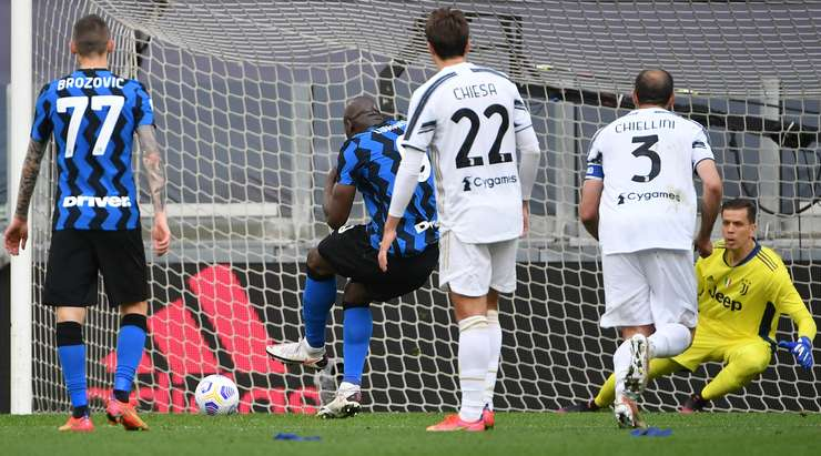 HEDEF!  Bu, Romelu Lukaku'nun (Inter) kalecinin sol alt tarafındaki noktasından kaleci Wojciech Szczesny'ye hiç şans tanımayan harika bir vuruş!