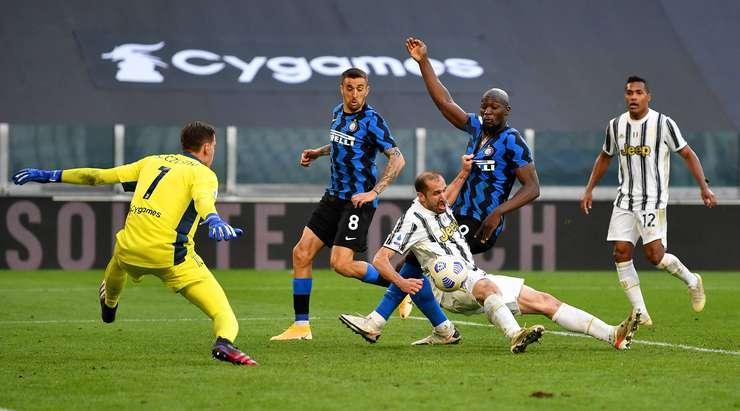 Bu kendi kalesine bir gol!  Altı yarda ceza sahası içine bir orta yol açmaya çalışan ancak bunun yerine topu kendi kalecisinin arkasına gönderen Giorgio Chiellini (Juventus) için acınası bir an.  Puan 3: 2'dir.