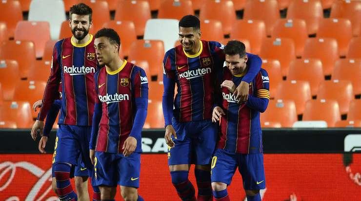 Lionel Messi (Barcelona) gol atıyor. Herhangi bir tereddüt etmeden serbest vuruşu 23 metre mesafeden serbest bırakır ve topu kalecinin yanına gönderir. Doğru direğe sıçrıyor. Kesinlikle olağanüstü!