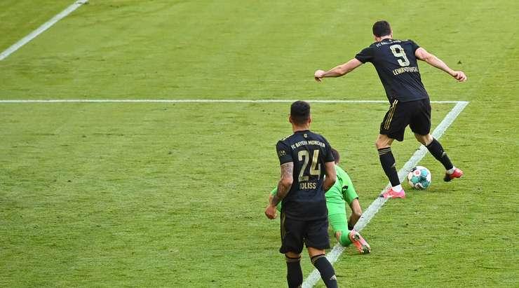 Hedef!  Robert Lewandowski (Bayern Münih), kutunun içindeki ribaunt üzerine atlamak için doğru zamanda doğru yerdeydi ve neşeyle topu eve çevirdi.  Saat 5: 2.