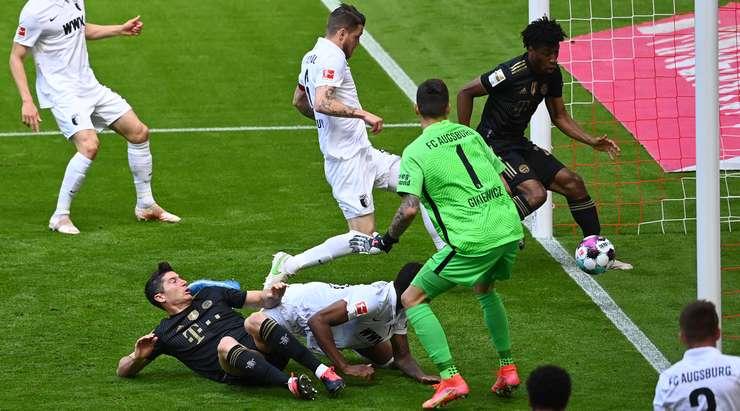 Ne kötü şans!  Jeffrey Gouweleeuw (Augsburg) pası engelledi ve farkında olmadan topu kendi kalecisinin yanına gönderdi.  Puan 1: 0'dır.