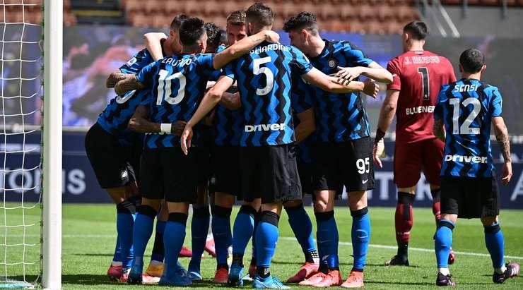 Hedef!  Ashley Young (Inter) ceza sahasının içindeki topa ulaşır, kaleciyi çizgisinden görür ve topu onun üzerinden ağın arkasına doğru kaldırır.  1: 0.