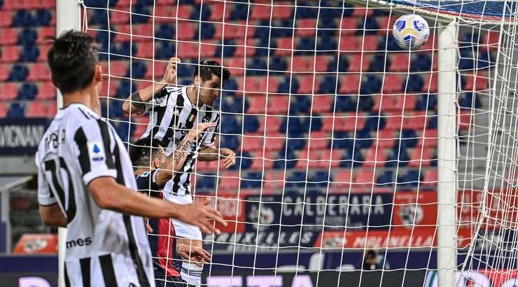 Hedef!  Paulo Dybala, topu boş bir ağa atmak için kolay bir görevi olan Alvaro Morata'nın (Juventus) kafasına koyuyor.  0: 2.