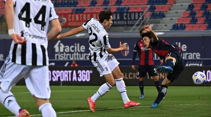 Hedef!  Federico Chiesa (Juventus), ceza sahası içindeki ribauntu almak için doğru zamanda doğru yerdeydi ve neşeyle topu ağın ortasına attı.  0: 1.