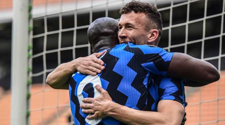 Ivan Perisic (Inter), orta mesafeden sağ direğin içindeki kaleciyi geçen bir şut atmadan önce mükemmel bir pası yakaladı ve savunmayı yarıp geçti.