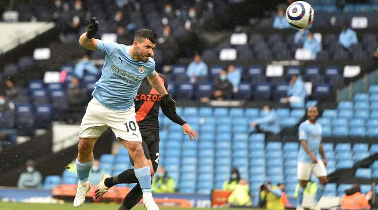 Sergio Aguero (Manchester City), bir çarpı işareti ile bağlantı kurmak için yükseğe sıçradığında ve sağ direk içinde başını aşağıya indirirken oldukça zor bir pozisyondan gol atıyor. Mükemmel sonuç.