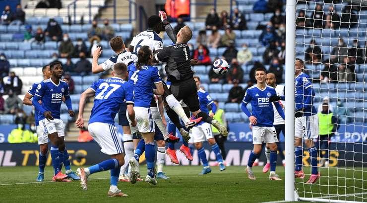 Ne kötü şans! Kasper Schmeichel (Leicester) topu kendi ağına gönderiyor.