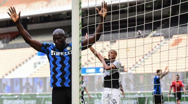 Top, kale ağzı içindeki kafa karıştırıcı bir durumdan sonra Romelu Lukaku'ya (Inter) doğru yol alır.  Biraz boşluk bulur ve kolayca vücuduyla topa vurur ve skoru 5: 0 olarak değiştirir.