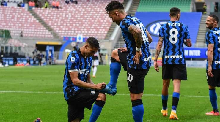 Hedef!  Lautaro Martinez (Inter) iradeler savaşını kazanır ve Juan Musso'nun sol alt köşesine durdurulamaz bir ceza gönderir.