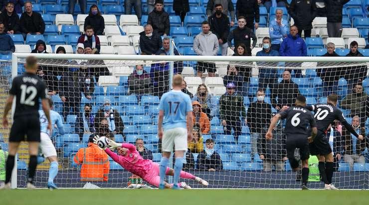 Gylfi Sigurdsson (Everton) gol atmak için büyük bir şans yakaladı! Penaltıyı kalenin sol tarafına gönderiyor ancak çabayı kolayca durduran Ederson'u yenmek yeterli değil.