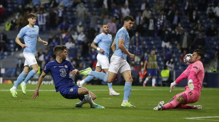 Kai Havertz ceza sahası içinde Christian Pulisic'i (Chelsea) işten çıkararak güzel bir hamle yaptı, golü net bir şekilde görüyor ancak topu sol direğin hemen dışından gönderiyor.
