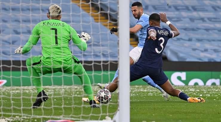 Hedef! Riyad Mahrez (Manchester City) ceza sahası içinde gevşek bir topa atladı ve kaleciyi ağın ortasına düşük bir vuruşla yener. 1: 0 yapıyor.