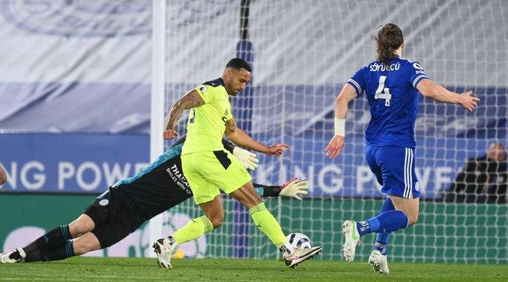Hedef!  Kötü bir savunmanın ardından top Callum Wilson'a (Newcastle Utd) kırılır, kendini kaleci ile bire bir bulur ve sakince ağın arkasına atar!  0: 3 yapıyor.