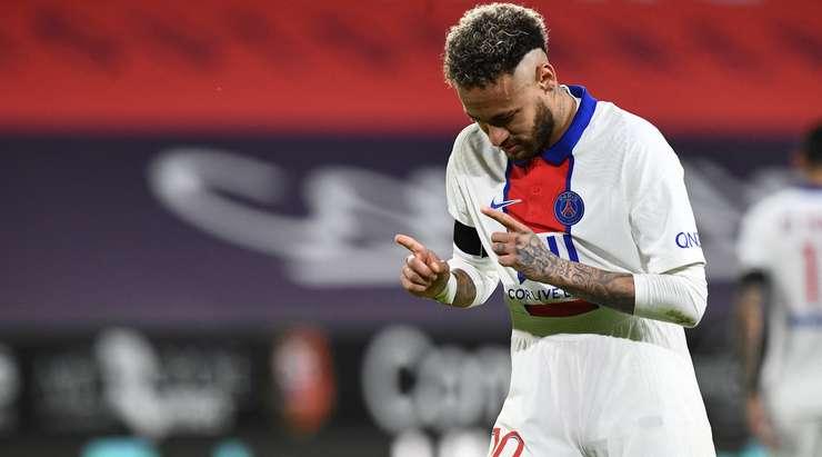 Hedef!  Neymar (Paris SG) topa koşar, durur ve penaltıyı sol alt köşeye yerleştirmeden önce Alfred Gomis'in iş yapmasını bekler.