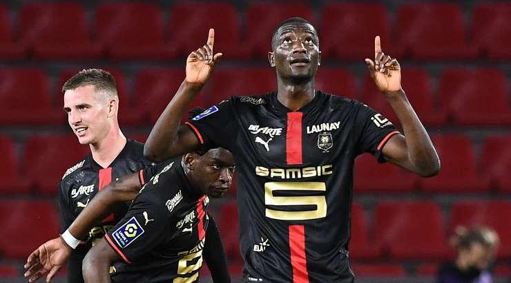 Sehrou Guirassy (Rennes), Benjamin Bourigeaud tarafından mükemmel bir şekilde uygulanan köşe vuruşuyla karşılaştı.  Kafası sol direkten dışarı çıktı ve kaleciye hiç şans tanımadı.  1: 1.