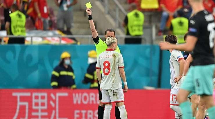 Ezgjan Alioski (Kuzey Makedonya) rakibini yere indirdikten sonra sarı kart gördü. Andreas Ekberg'in vermesi kolay bir karar vardı.