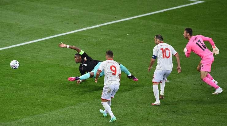 HEDEF! Korkunç bir hata bir hedefe götürür. Savunma oyuncusu top hakimiyetini kaybeder ve Goran Pandev'in (Kuzey Makedonya) topu 1:1 yapmak için filenin arkasına yerleştirmeden önce almasına izin verir.