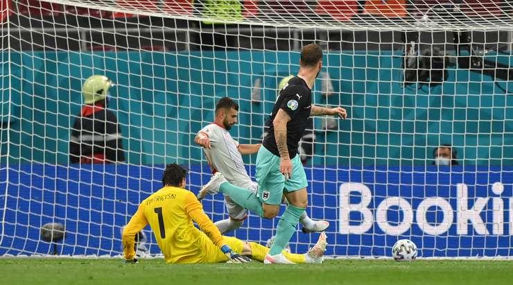 Hedef! Konrad Laimer, önünde boş file bulunan ve topu oyuna sokma konusunda hiçbir sıkıntısı olmayan Marko Arnautovic'in (Avusturya) ayağına pas veriyor. 3:1.