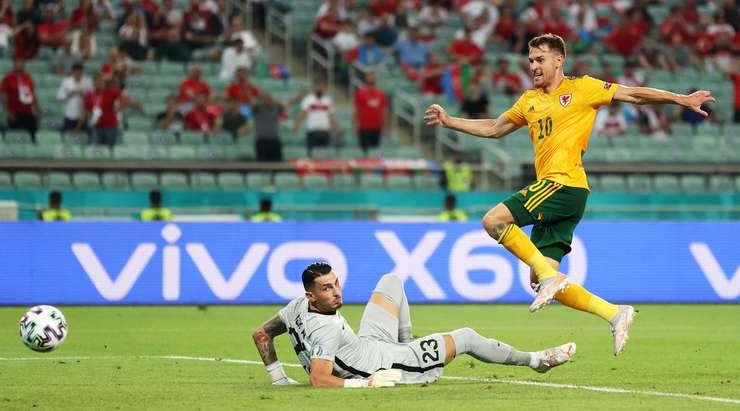 Gol! Gareth Bale muhteşem saha görüşü sayesinde topu ceza sahası içindeki Aaron Ramsey (Galler) ile buluşturuyor ve oyuncunun gelişine yaptığı isabetli vuruşta top sol alt köşeden ağlarla buluşuyor. 0:1.