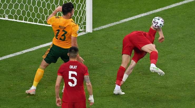 Türkiye oyuncularından birisi topa ceza sahası içinde elle dokunmuş olmalı, ama hakem devam işareti yapıyor!