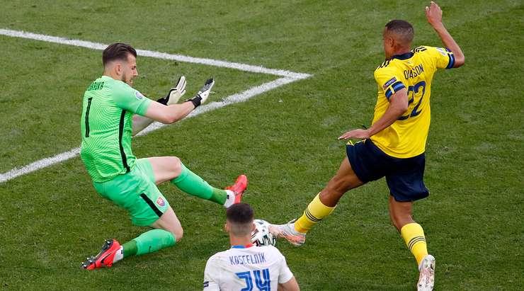 Martin Dubravka (Slovakya) rakibini bir faulle yere indiriyor ve Daniel Siebert faul için düdüğünü çalıyor. Hakem İsveç'e penaltı verirken bir taraf için sevinç, diğer taraf için umutsuzluk!
