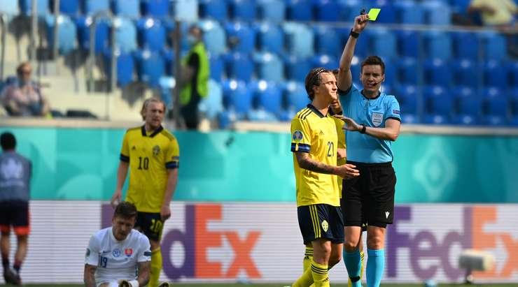 Kristoffer Olsson (İsveç), hakemin kendisine sarı kart göstermesini kolaylaştırıyor.