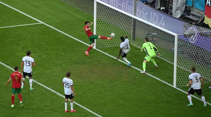 Hedef! Cristiano Ronaldo kaleciyi köşeye sıkıştırdı ve topu boş bir ağa kolay bir şekilde yerleştiren Diogo Jota'ya (Portekiz) tatlı bir pas gönderdi. 2:4.