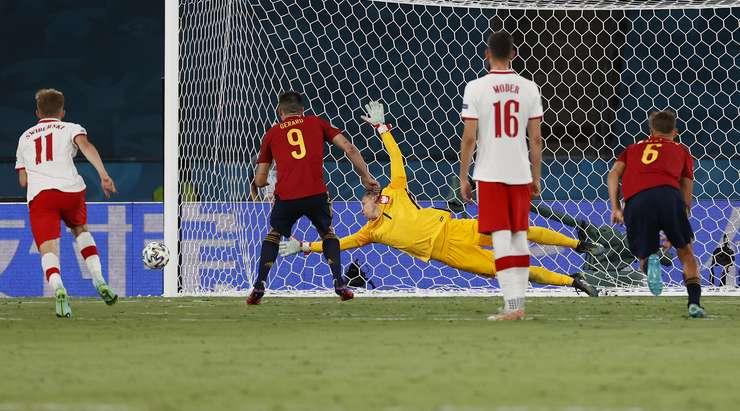 Gerard Moreno (İspanya) penaltı vuruşunu çeviremedi! Çabası sol direğe çarpıyor.