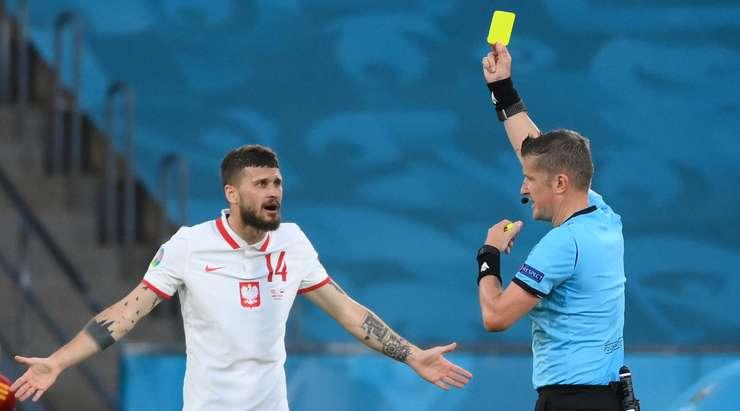 Mateusz Klich (Polonya) kötü bir müdahale için sarı kart gördü.