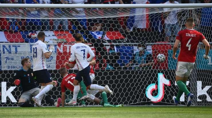 Hedef! Antoine Griezmann (Fransa) ceza sahası içinde ribaund almak için doğru zamanda doğru yerdeydi ve neşeyle topu kalenin sağ tarafına savuruyor. 1:1.
