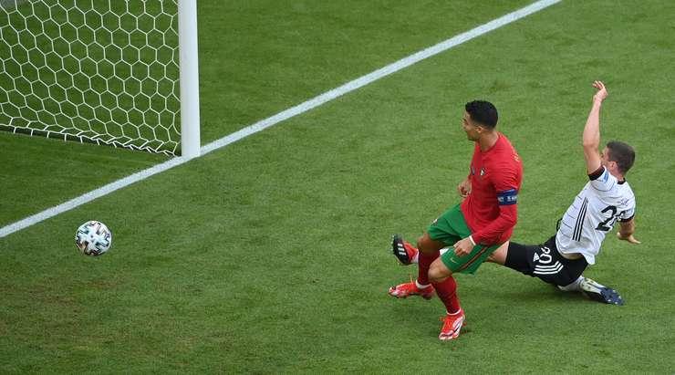 HEDEF! Cristiano Ronaldo (Portekiz), harika bir kontra atak oyununun ardından Diogo Jota'dan bir pas aldı ve yakın mesafeden ilk defa fileye güzel bir şut attı. Şimdi 1:0.