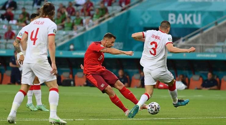 Hedef!  Steven Zuber ceza sahası kenarında Haris Seferovic'e (İsviçre) atıyor ve sağ alt köşeyi büyük bir çabayla buluyor.  Skor 1:0.