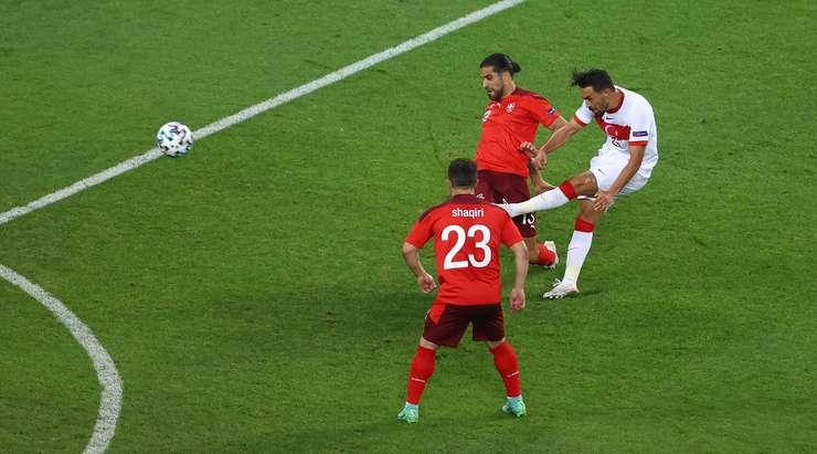 Hedef!  Hakan Calhanoglu, İrfan Kahveci'yi (Türkiye) ceza sahasının kenarına çekiyor ve topu sol üst köşeye gönderiyor.  2:1.