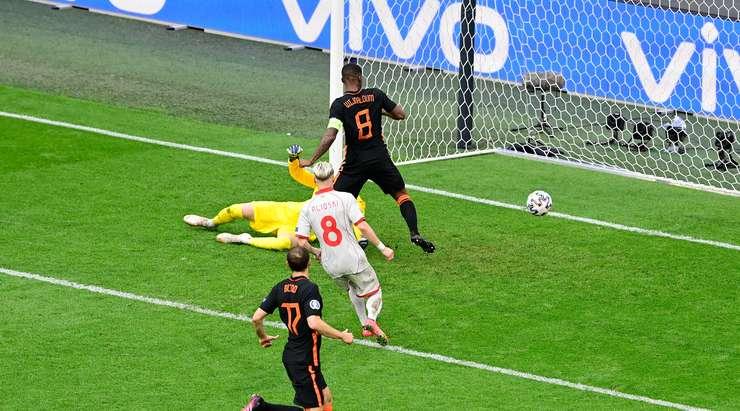 Gol - 0:2! Memphis Depay, yakın mesafeden ağların arkasına şutunu çeken Georginio Wijnaldum (Hollanda) ile kaleciyi çaresiz bıraktı.
