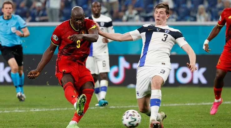 Hedef! Kevin De Bruyne, Romelu Lukaku'ya (Belçika) ceza sahası içinde güzel bir pas veriyor. Sağ alt köşeye kesin bir çaba ile bitirmesini sağlar. 0:2.