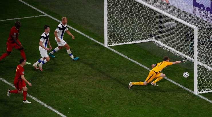 KENDİ KALESİNE GOL! Lukas Hradecky (Finlandiya) kendi kalesine giden şutu sektirdikten sonra şanssız bir kendi kalesine gol attı! 0:2.