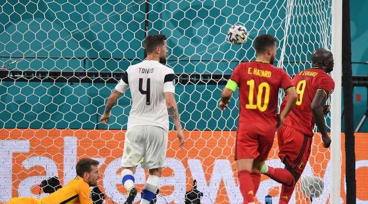 Hedef! Kevin De Bruyne, Romelu Lukaku'yu (Belçika) ceza sahası içinde bulan harika bir pas veriyor ve bu durumdan yararlanarak sağ alt köşeye şutunu çekiyor. 0:1.