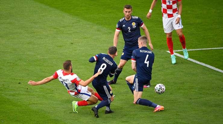 Harika bir takım oyunundan harika bir gol! Nikola Vlasic (Hırvatistan) mükemmel bir pas yakaladı ve sol direğe harika bir alçak şut attı. Bir kalecinin böyle şutlarla yapabileceği bir şey yok.